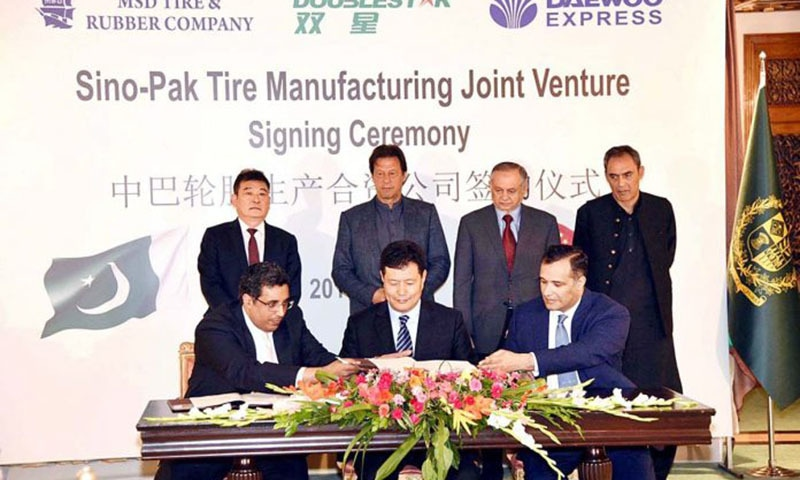 Prime Minister Imran Khan at the signing of Tripartite Agreement among M/s MSD Tire & Rubber Company, M/s Doublestar China and Daewoo Pakistan Express Bus Service Ltd. at PM Office. — APP