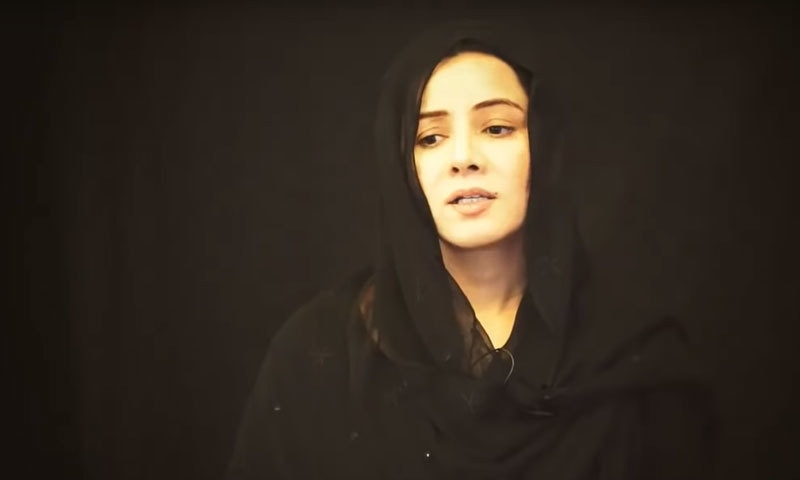 تقریبا 9 منٹ کی ویڈیو میں رابی پیرزادہ متعدد بار اشکبار ہوئیں—اسکرین شاٹ/ یوٹیوب