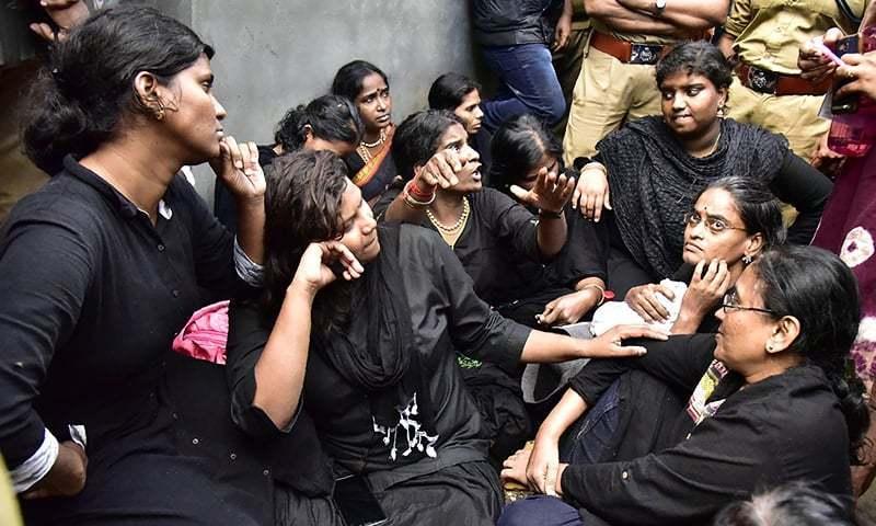 بھارتی سپریم کورٹ نے گزشتہ سال ہندوؤں کی مقدس ترین سبری مالا مندر میں خواتین کو جانے کی اجازت دی تھی — فائل فوٹو/اے ایف پی