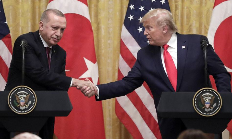 امریکی صدر ترک ہم منصب سے پریس کانفرنس کے دوران مصافحہ کر رہے ہیں — فوٹو: اے پی
