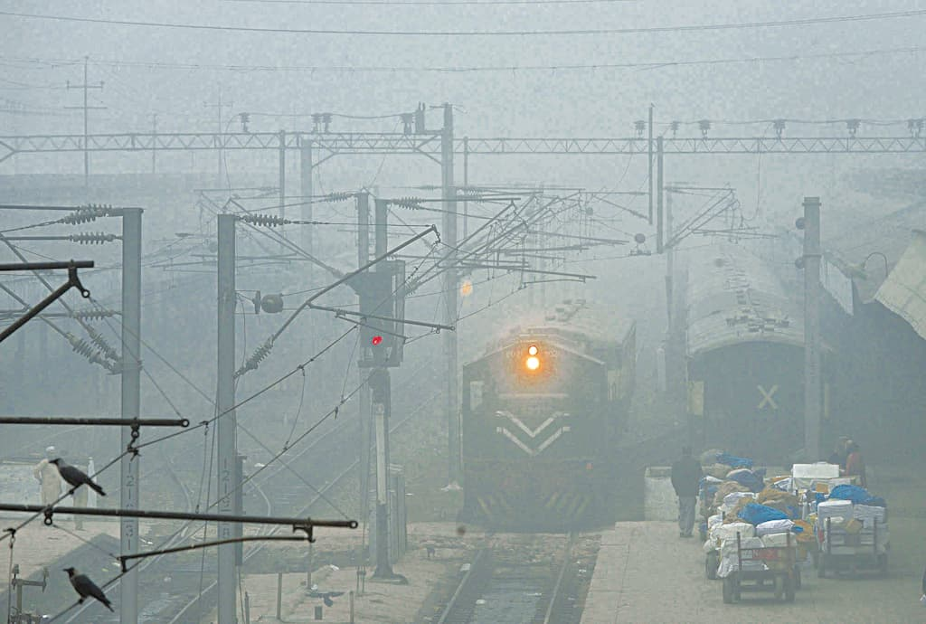Smog continues to disrupt rail, road and air traffic | Arif Ali/White Star