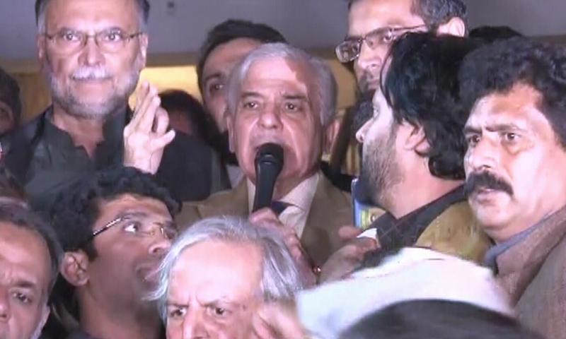 مسلم لیگ (ن) کے صدر شہباز شریف لاہور ہائی کورٹ کے باہر میڈیا سے گفتگو کر رہے ہیں — فوٹو: ڈان نیوز