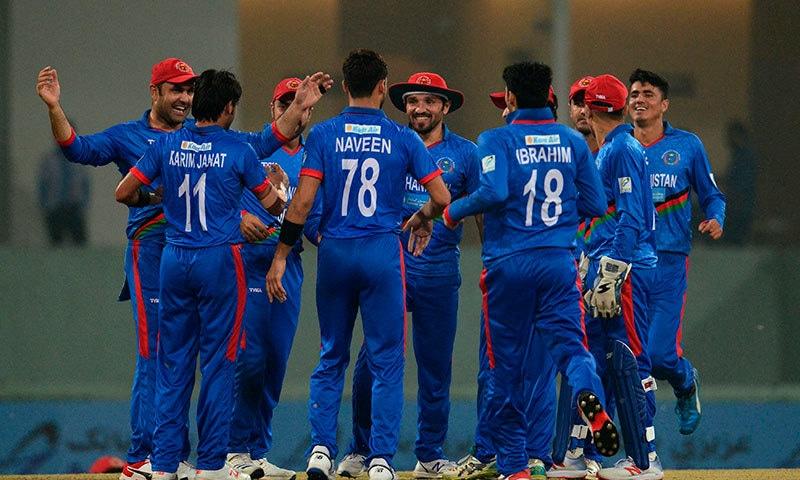 افغانستان کے کریم جنت نے پانچ وکٹیں لے کر اپنی ٹیم کی فتح میں بنیادی کردار ادا کیا— فوٹو: اے ایف پی