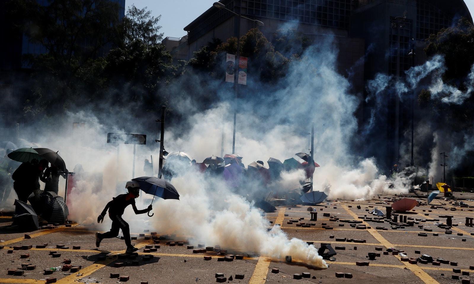 ہانگ کانگ: مظاہروں میں شدت، یونیورسٹی 'میدان جنگ' کا منظر پیش کرنے لگی