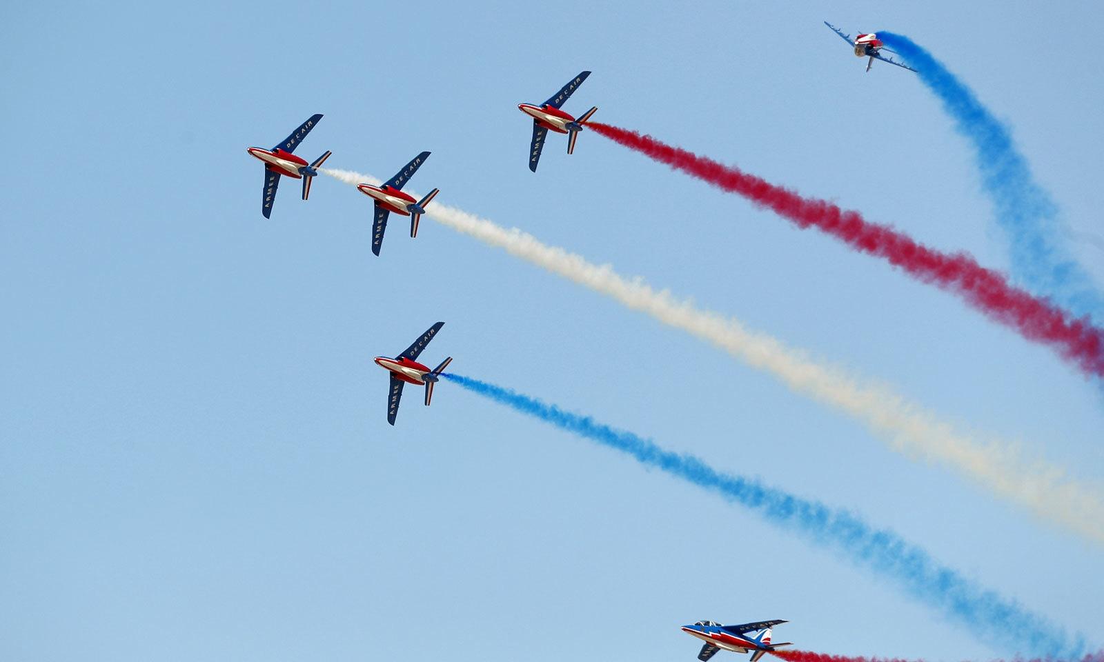 ایئر شو میں فرانسیسی جہاز بھی حصہ لے رہے ہیں — فوٹو: رائٹرز