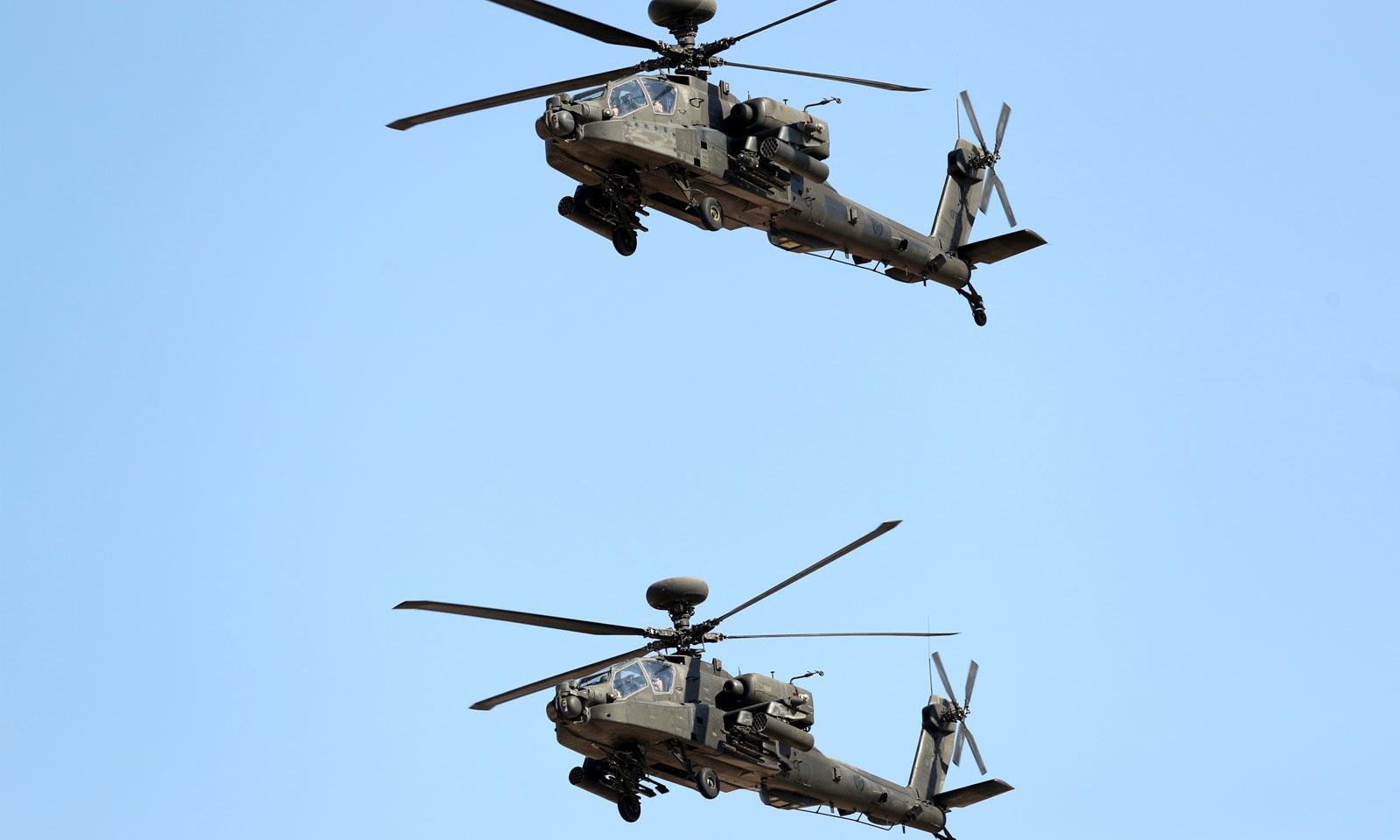 دبئی ایئر شو کے پہلے روز ہیلی کاپٹرز اپنی صلاحیتوں کا مظاہرہ کر ہے ہیں — فوٹو: رائٹرز