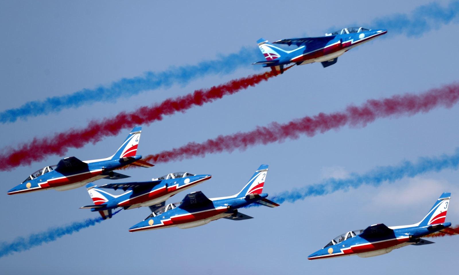 ایئر شو کے پہلے روز فرانسیسی طیاروں کا کرتب کا شاندار مظاہرہ — فوٹو: اے پی