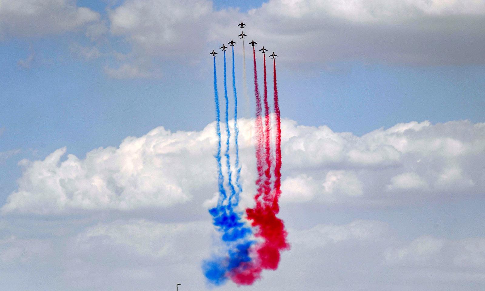 جہازوں کی یہ نمائش اور ایئر شو 17 سے 21 نومبر تک جاری رہے گا — فوٹو: اے ایف پی