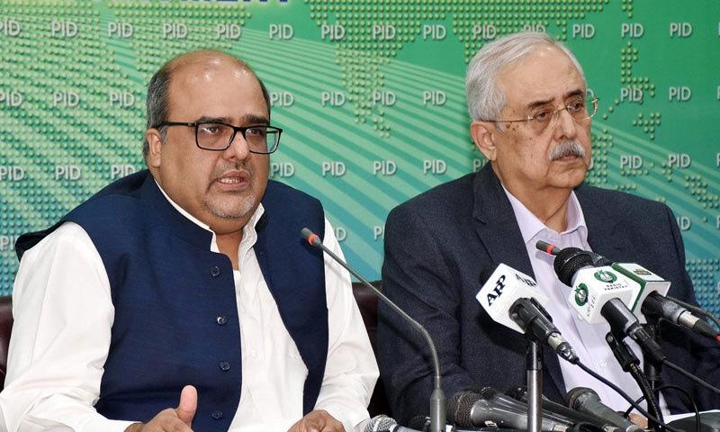 شہزاد اکبر نے کہا کہ قانون کے مطابق سزا یافتہ شخص کا نام ای سی ایل سے نہیں نکلا جا سکتا — فوٹو: پی آئی ڈی