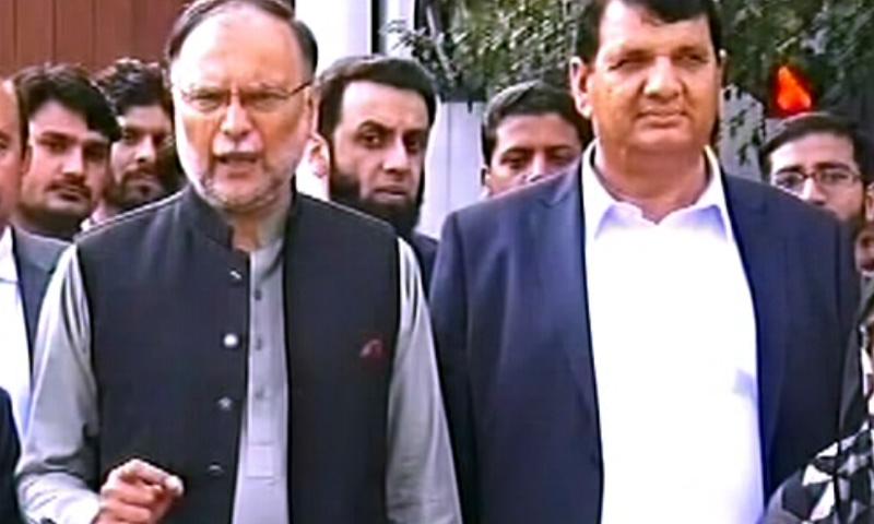 احسن اقبال لاہور میں میڈیا سے گفتگو کر رہے تھے — فوٹو: ڈان نیوز