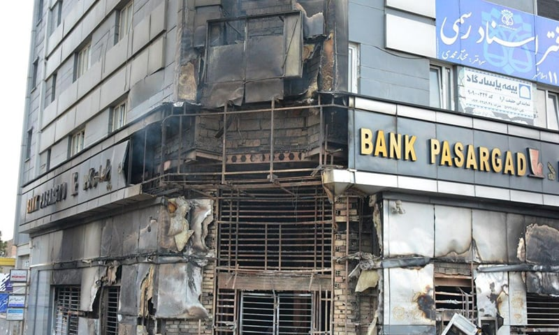 مظاہرین نے ایک بینک کو نذر آتش کردیا — فوٹو: