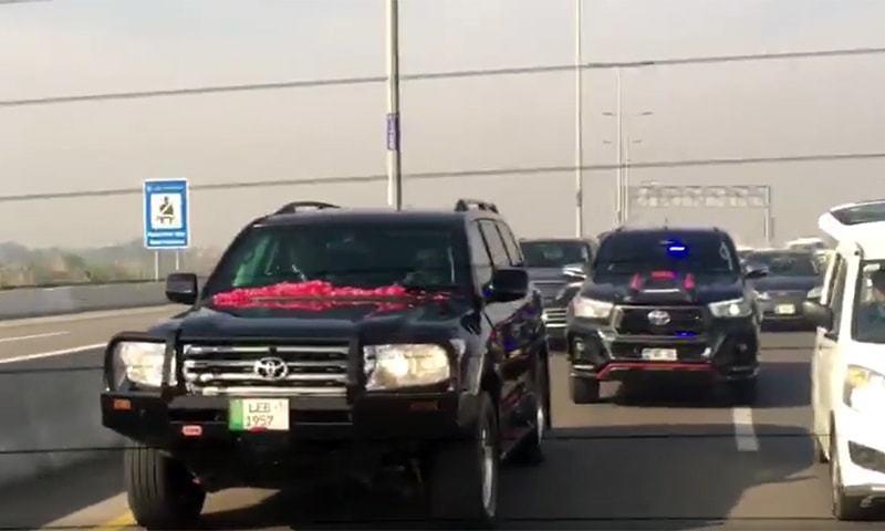 نواز شریف کا قافلہ ایئر پورٹ کی جانب رواں دواں—تصویر:ڈان نیوز