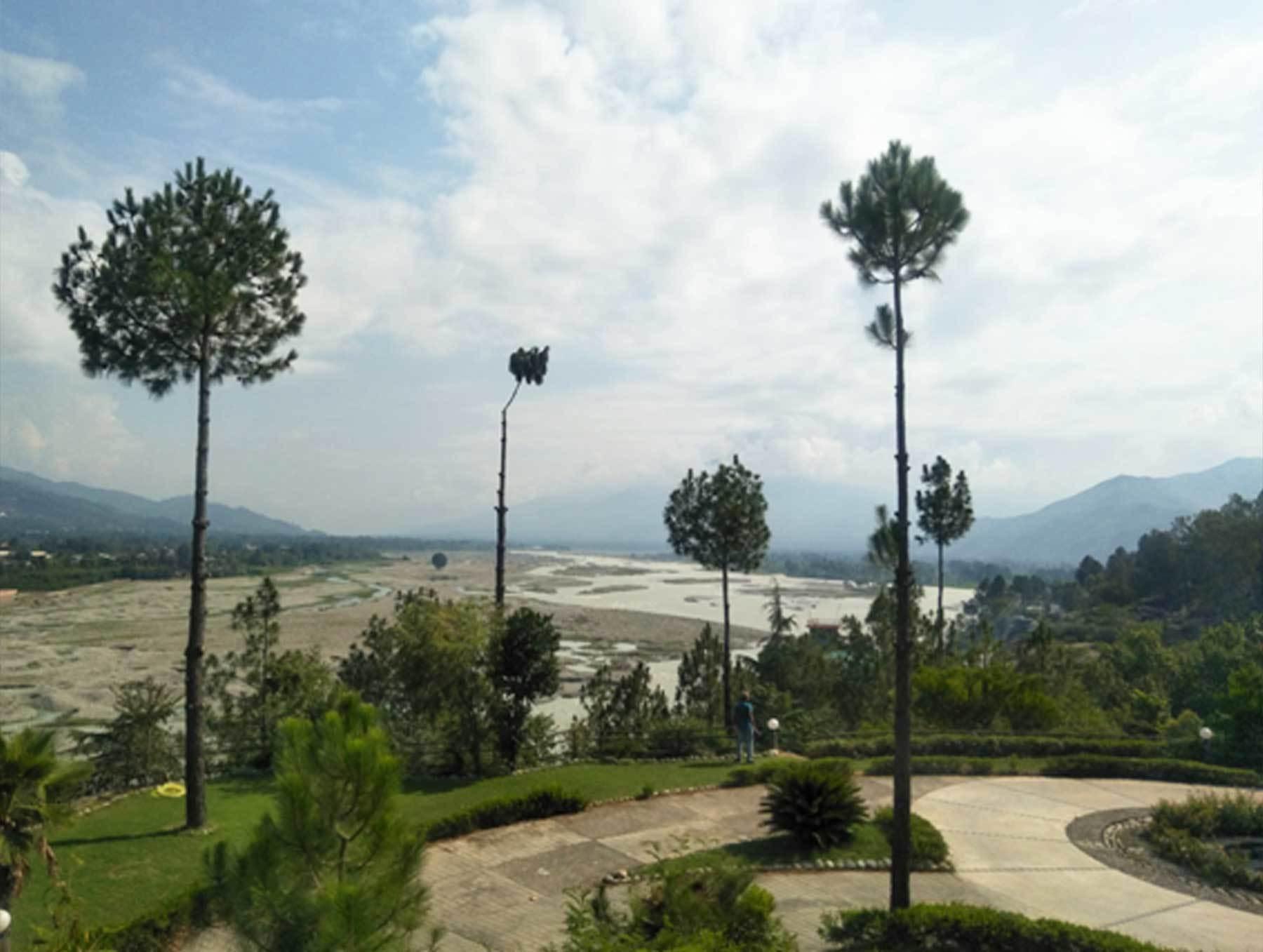 رات قیام کے لیے دریائے سوات کے کنارے ایک مشہور مقامی ہوٹل کا رخ کیا گیا— عظمت اکبر