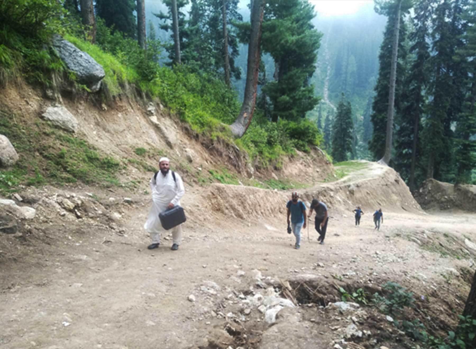 عمودی پہاڑی پر چڑھائی ایک مشکل مرحلہ ثابت ہوئی— عظمت اکبر