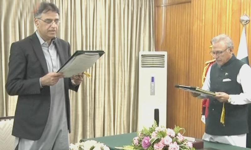 صدر مملکت ڈاکٹر عارف علوی نے اسد عمر سے حلف لیا—اسکرین شاٹ