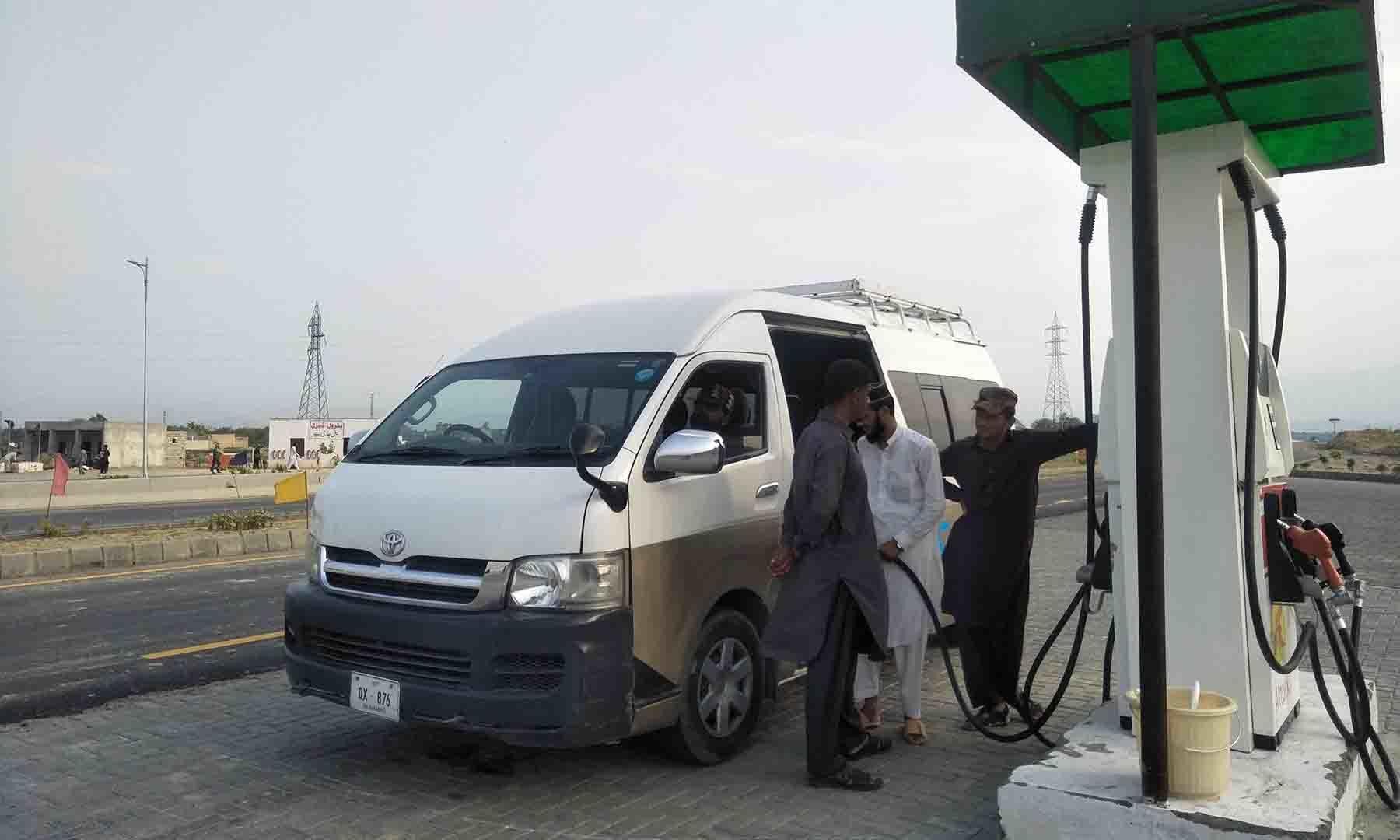 ایکسپریس وے پر موجود واحد پیٹرول پمپ—عظمت اکبر