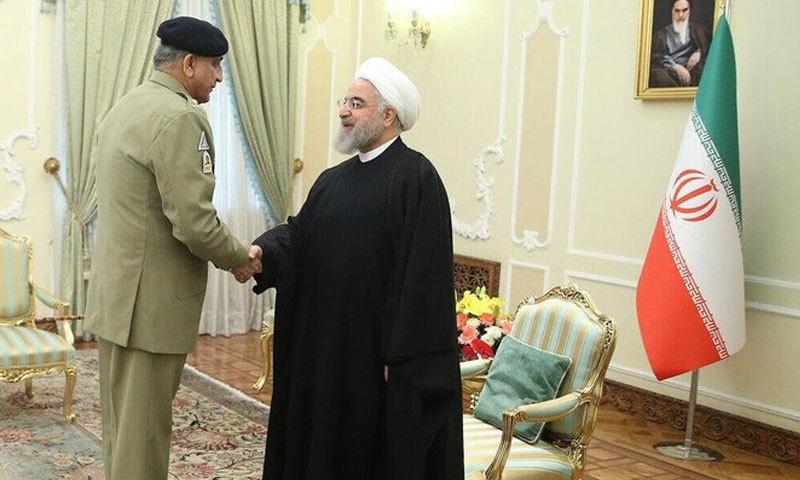جنرل قمر جاوید باجوہ ایرانی صدر سے مصافحہ کر رہے ہیں — فوٹو: آئی ایس پی آر