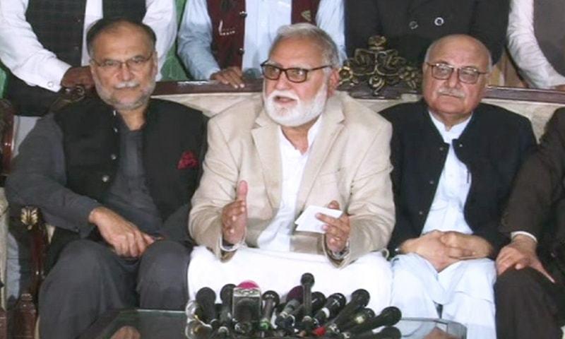 اکرم درانی رہبر کمیٹی کے دیگر اراکین کے ہمراہ میڈیا سے گفتگو کررہے ہیں — فوٹو: ڈان نیوز