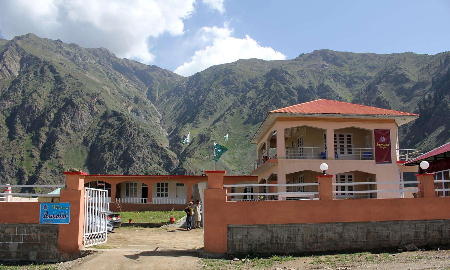 ہم 4 دوست بٹہ کنڈی کے پرسکون مقام پر ایک ہوٹل میں ٹھہرے ہوئے تھے