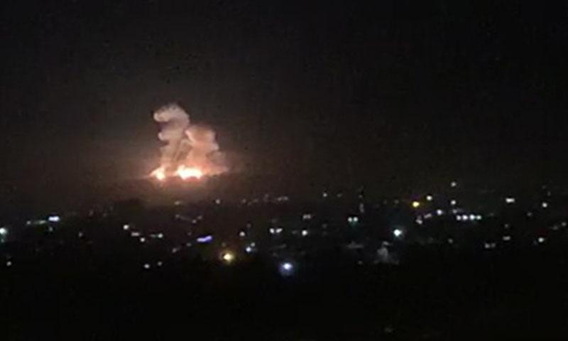 اسرائیلی فوج کے دمشق میں کیے گئے فضائی حملے کے بعد جائے وقوع پر آگ بھڑکتے دیکھا جاسکتا ہے — فوٹو: اے ایف پی