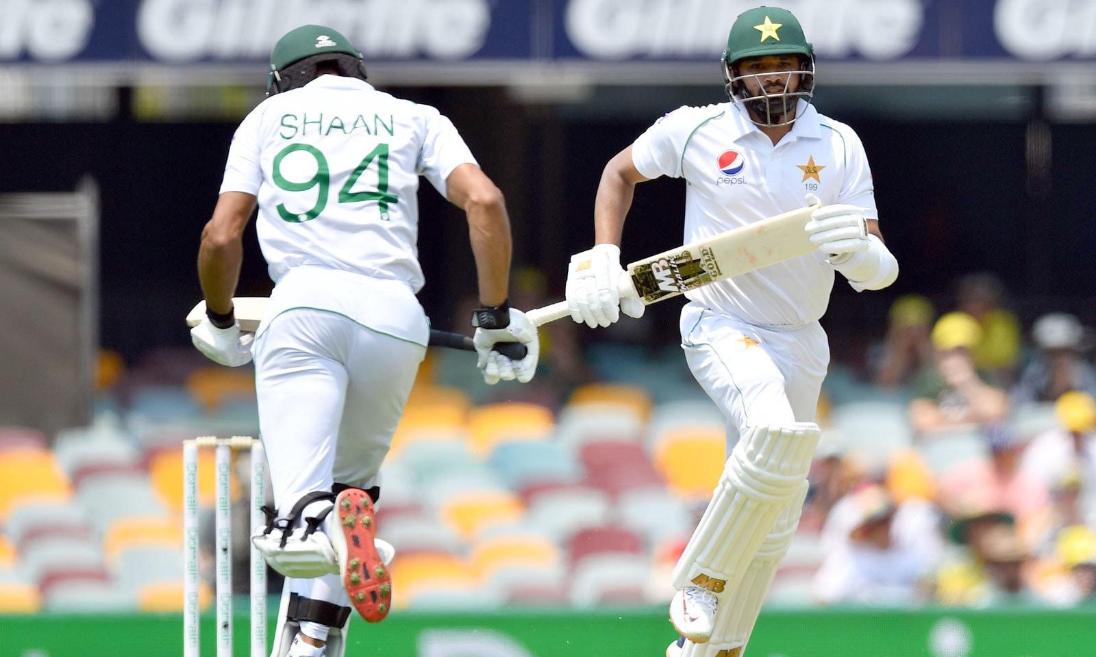 اوپنرز اظہر علی اور شان مسعود نے پاکستانی ٹیم کو 75 رنز کا بہترین آغاز فراہم کیا — فوٹو: اے ایف پی