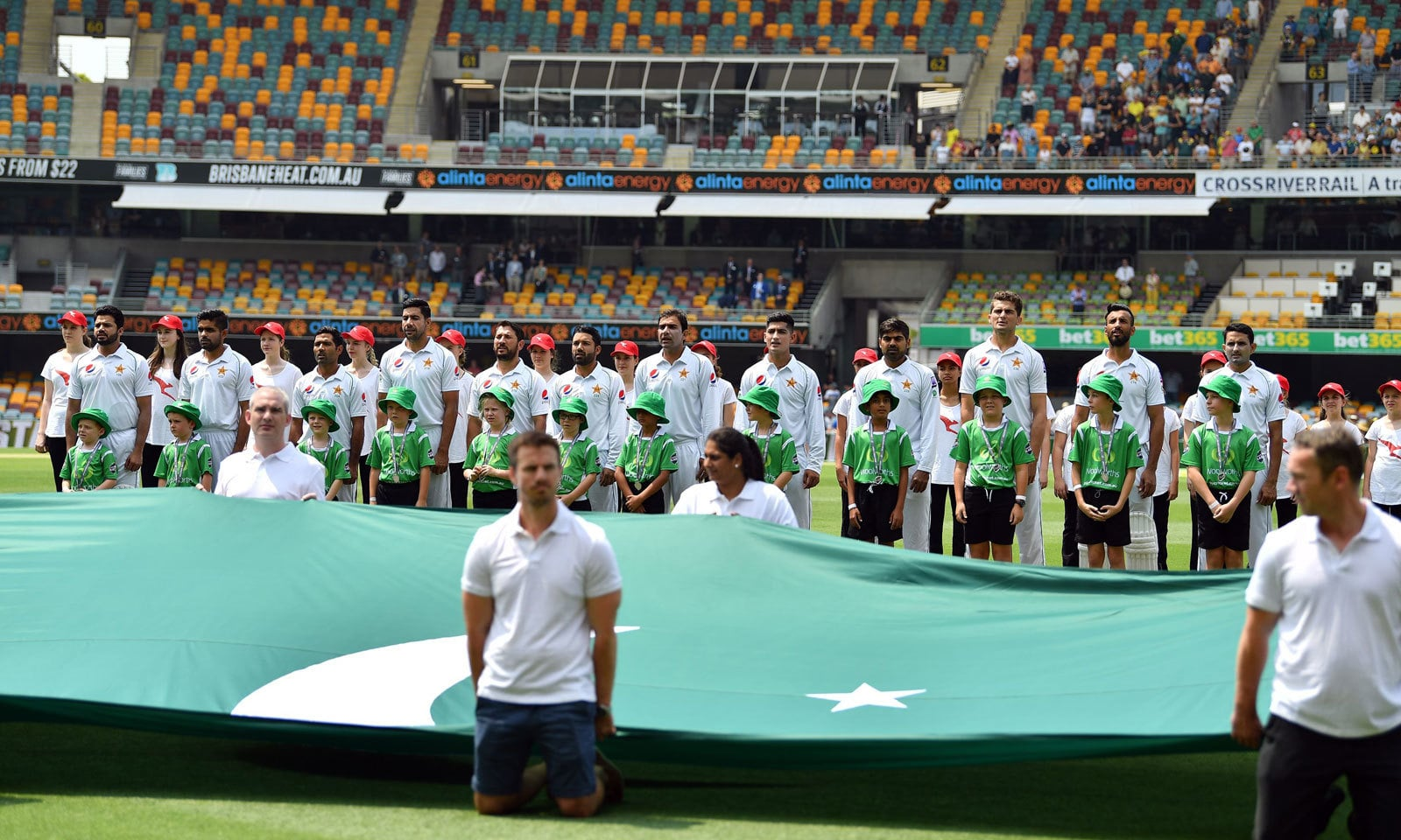 میچ کے آغاز سے قبل پاکستان اور آسٹریلیا کا قومی ترانہ بجایا گیا — فوٹو: اے ایف پی