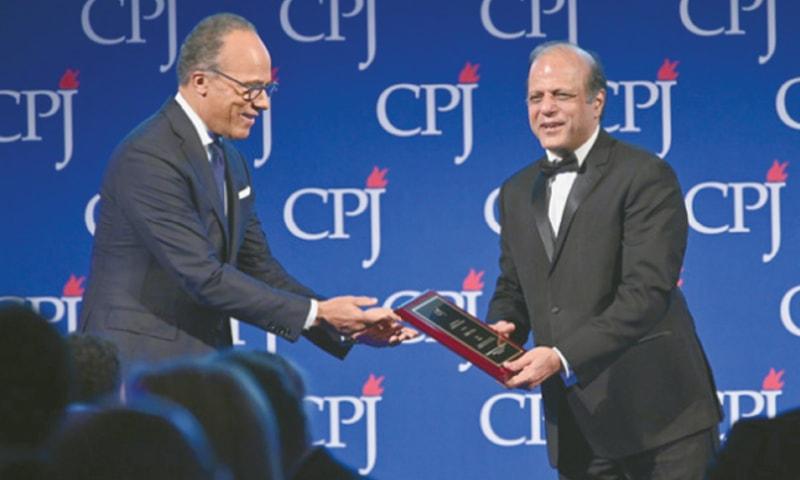 NEW YORK: American journalist Lester Holt presents the 2019 Gwen Ifill Press Freedom Award to Zaffar Abbas.