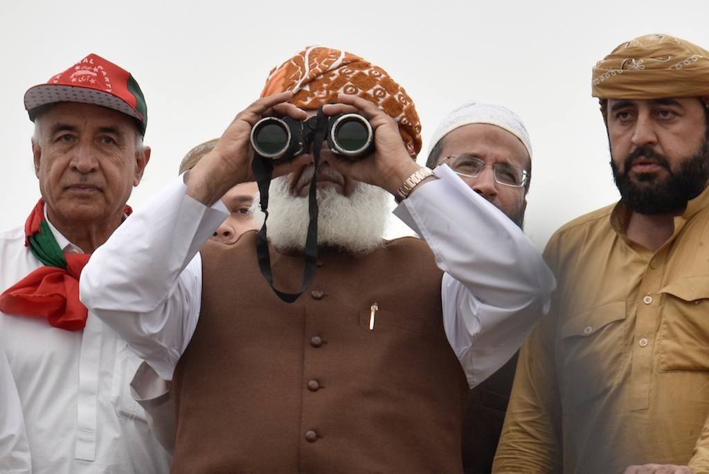 Maulana Fazlur Rehman uses binoculars to see his supporters during the 'Azadi March' Islamabad | Tanveer Shahzad/White Star