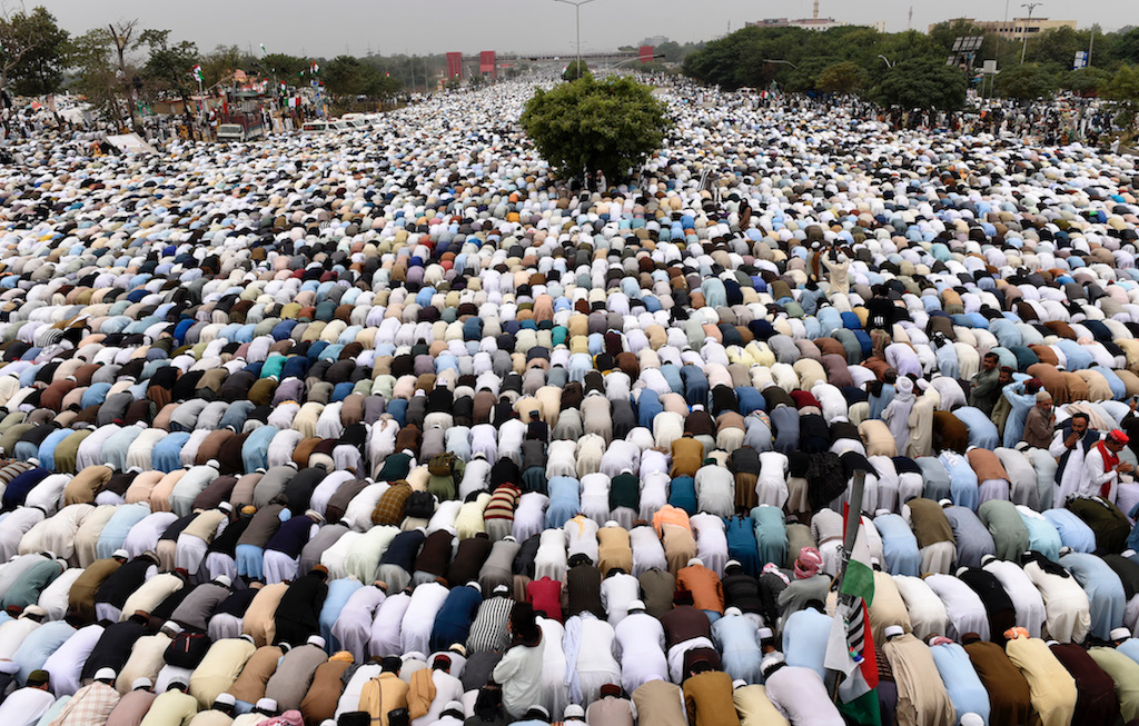 Participants of 'Azadi March' say Jumma prayers ahead of the rally in Islamabad | Tanveer Shahzad/White Star