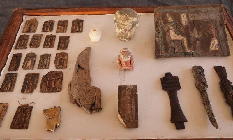 تابوتوں اور حنوط شدہ لاشوں سمیت دیگر نایاب چیزیں بھی دریافت ہوئی ہیں—فوٹو: محکمہ آثار قدیمہ مصر