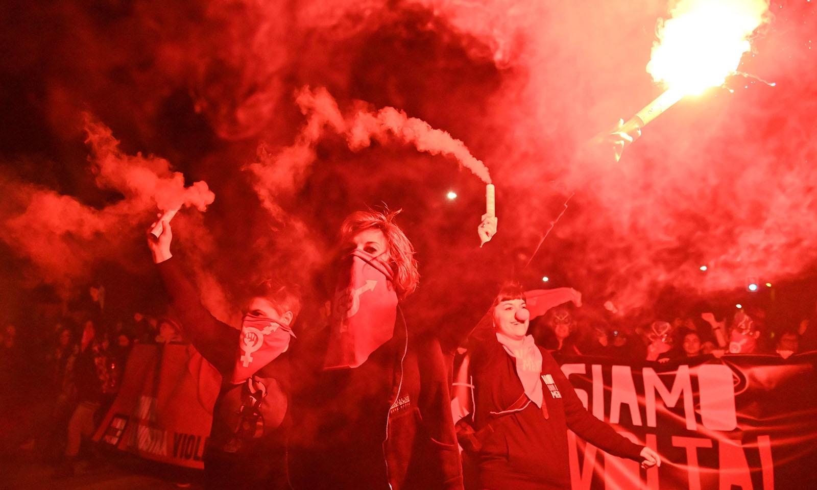 اٹلی میں خواتین نے مشعل ہاتھوں میں اٹھائے مظاہرے کیے — فوٹو: اے ایف پی