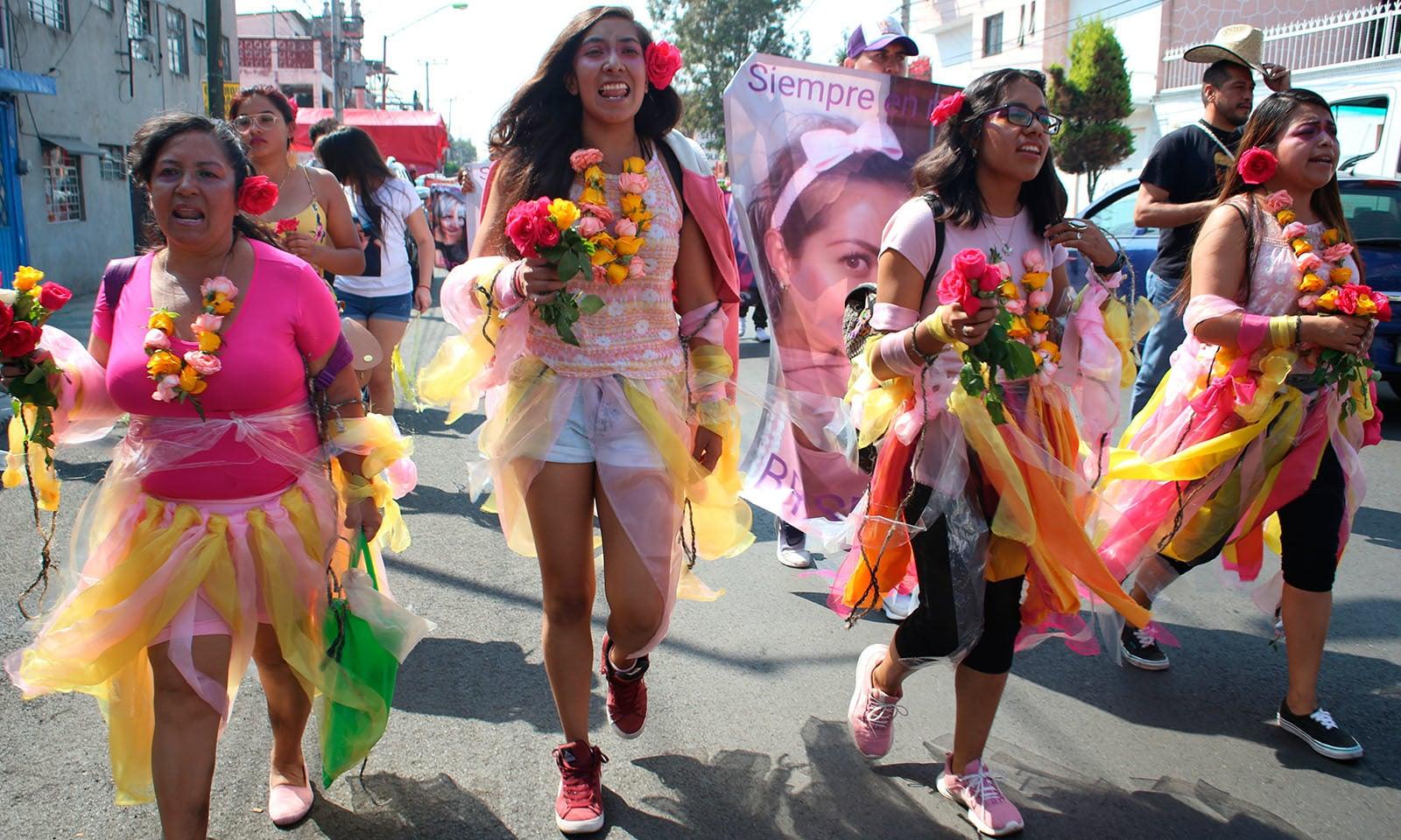 میکسیکو میں بھی عالمی دن کے موقع پرعوام سڑکوں پر تشدد کا نشانہ بننے والی خواتین سے اظہار یکجہتی کے لیے پھول لیے نظر آئیں — فوٹو : اے پی