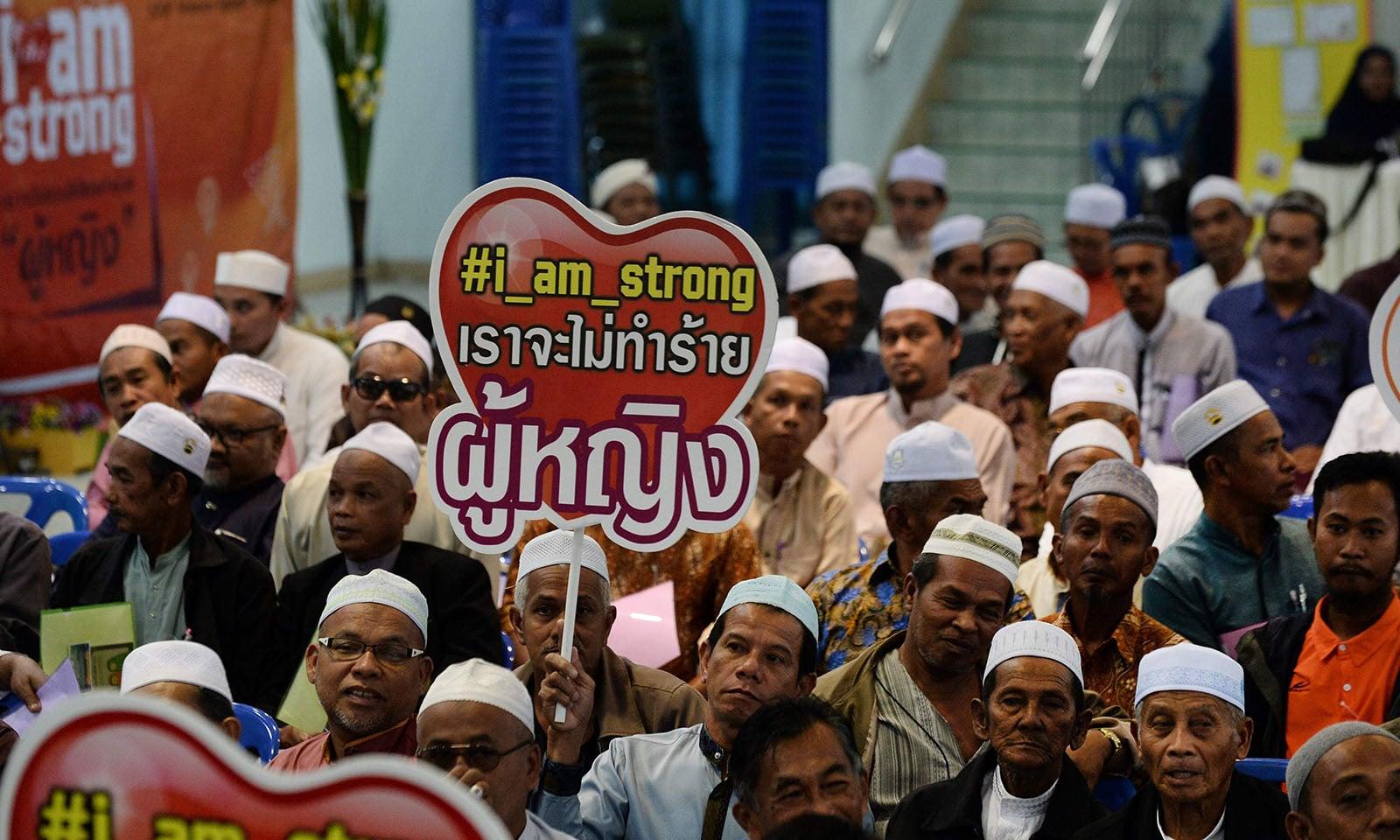 تھائی لینڈ میں منعقدہ کانفرنس میں مردوں کی بھی بڑی تعداد نے شرکت کی — فوٹو: اے ایف پی