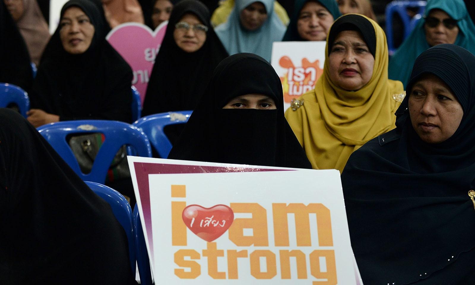 تھائی لینڈ میں عالمی دن کے موقع پر مسلمان برادری کی جانب سے کانفرنس منعقد کی گئی جہاں خواتین سمیت گھریلو مسائل پر بحث کی گئی — فوٹو: اے ایف پی