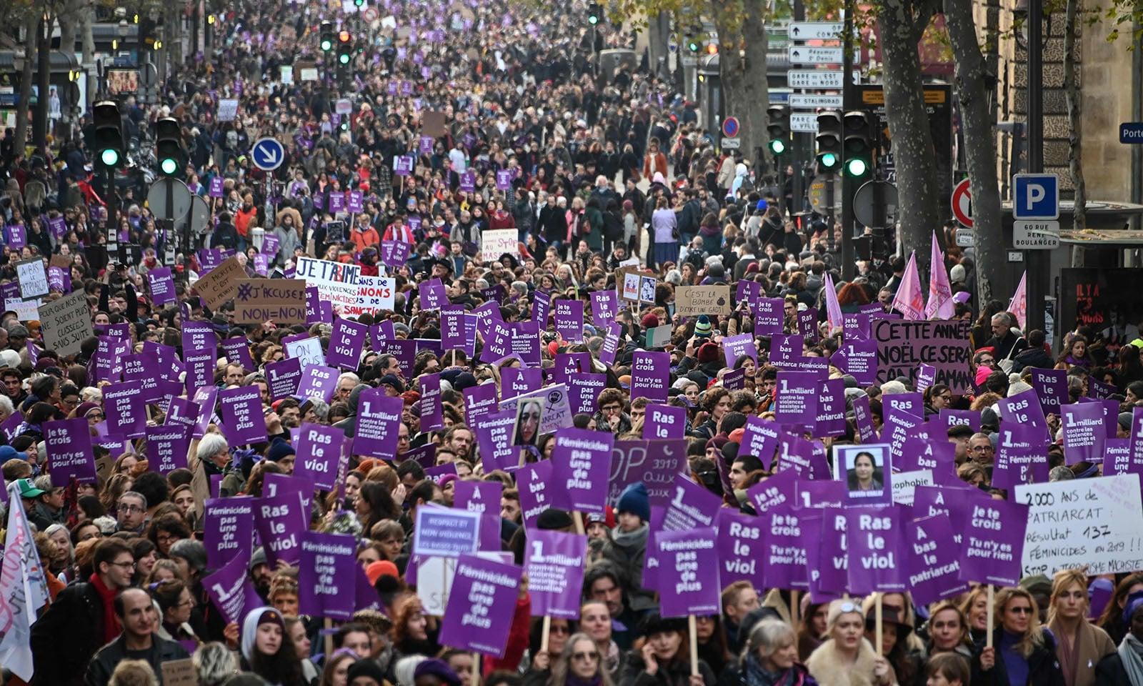 فرانس میں ہونے والے مظاہروں میں لاکھوں خواتین سمیت مردوں کی بھی بڑی تعداد نے شرکت کی — فوٹو: اے ایف پی