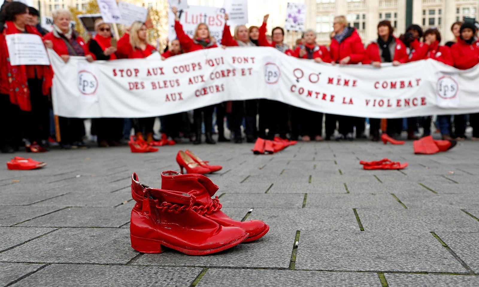 بیلجیئم میں مظاہرین سرخ جوتے زمین پر رکھ کر مظاہرے کر رہے ہیں — فوٹو: رائٹرز