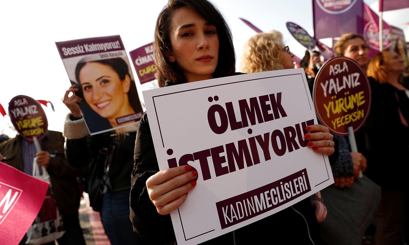 ترکی میں بھی اس حوالے سے یونیورسٹی کی طالبات نے مظاہرے کیے — فوٹو: رائٹرز