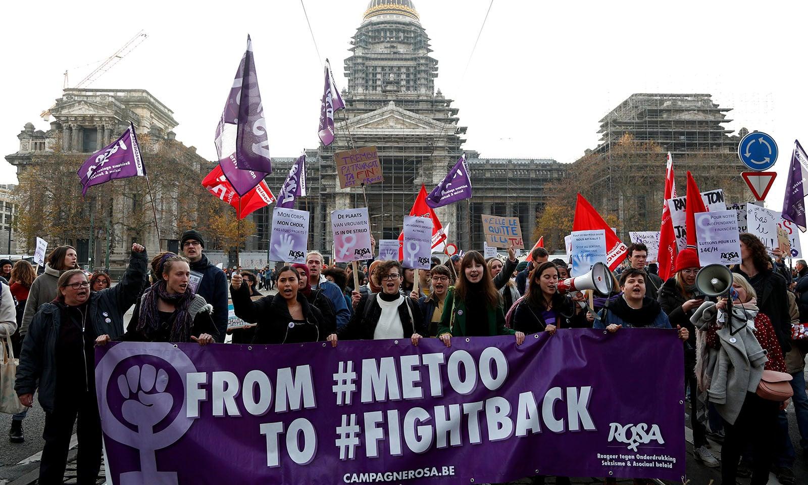 بیلجیئم کے مظاہرے میں ایک بینر پر لکھا تھا کے می ٹو کے بعد اب لڑنے کا وقت ہے — فوٹو: رائٹرز