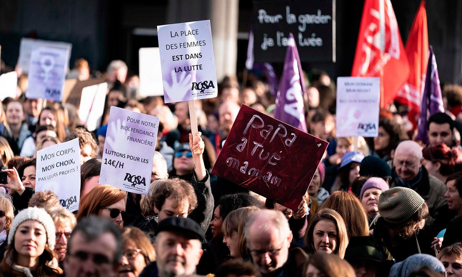 بیلجیئم میں خواتین پر ہونے والے تشدد کو روکنے کے عالمی دن کے موقع پر مظاہرے کیے گئے — فوٹو: اے ایف پی