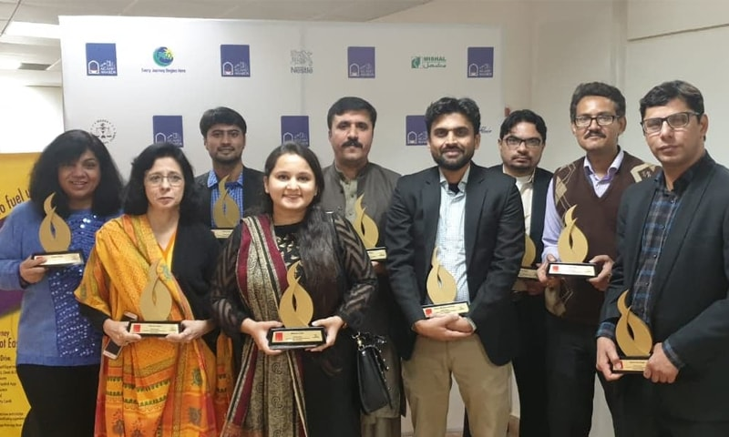 ایوارڈز حاصل کرنے والے ڈان گروپ کے صحافیوں کی گروپ تصویر — فوٹو: ڈان نیوز