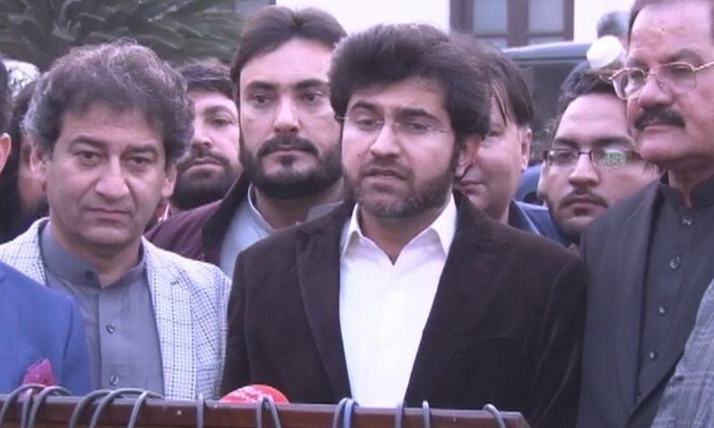 تحریک انصاف کے امیدوار ذیشان خانزادہ نے کامیابی حاصل کی—فوٹو: ڈان نیوز