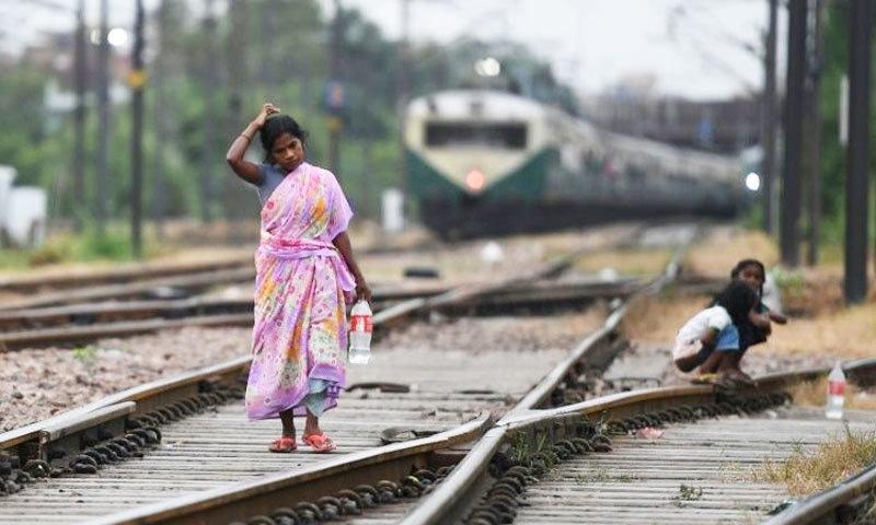 ایک دہائی قبل 70 فیصد بھارتی لوگ سر عام رفع حاجت کرتے تھے —فائل فوٹو: اے ایف پی