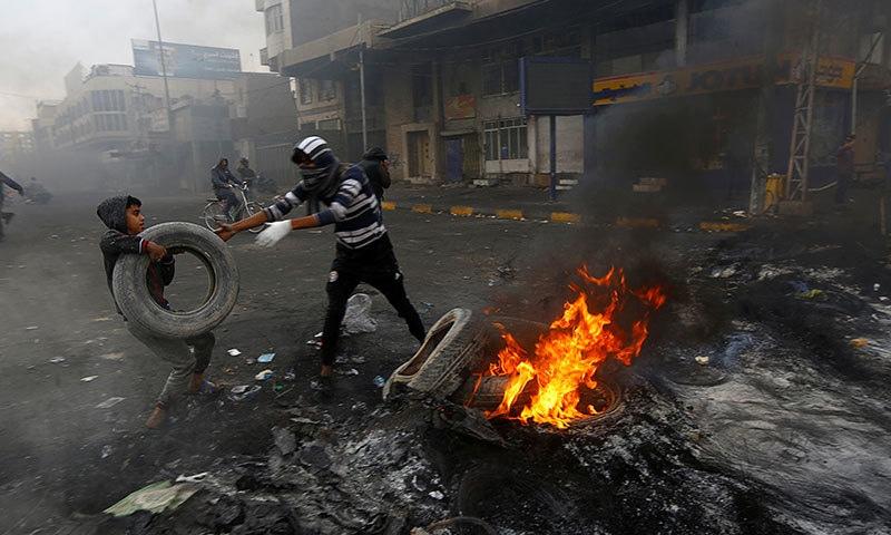 عراق میں پرتشدد مظاہروں کے نتیجے میں اب تک کم از کم 350 افراد ہلاک ہو چکے ہیں— فوٹو: رائٹرز