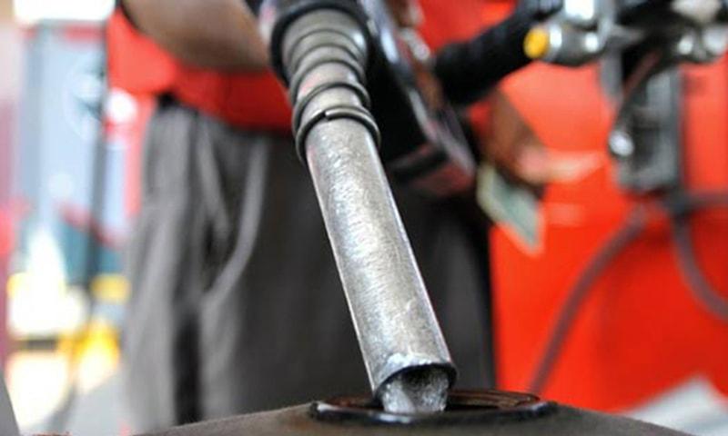 پیٹرول کی قیمت میں 25 پیسے کمی کی سفارش کی گئی ہے—فائل فوٹو: اے ایف پی