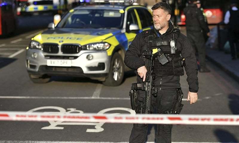 لندن برج کو پولیس نے گھیرے میں لے کر بند کردیا ہے — فوٹو: اے پی