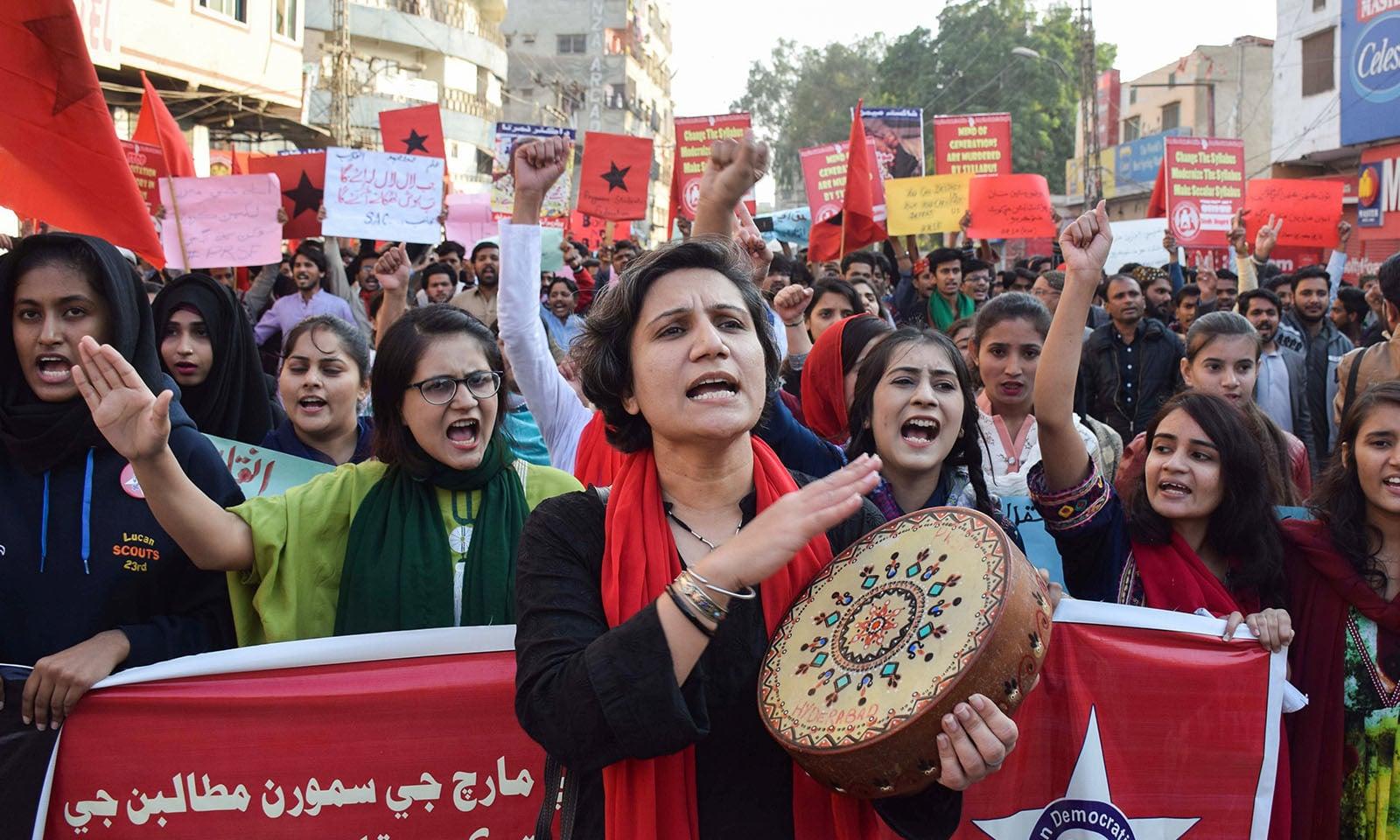 عوام نے ملک بھر میں طلبہ یونین کی بحالی کے لیے مظاہرے کیے — فوٹو: رائٹرز