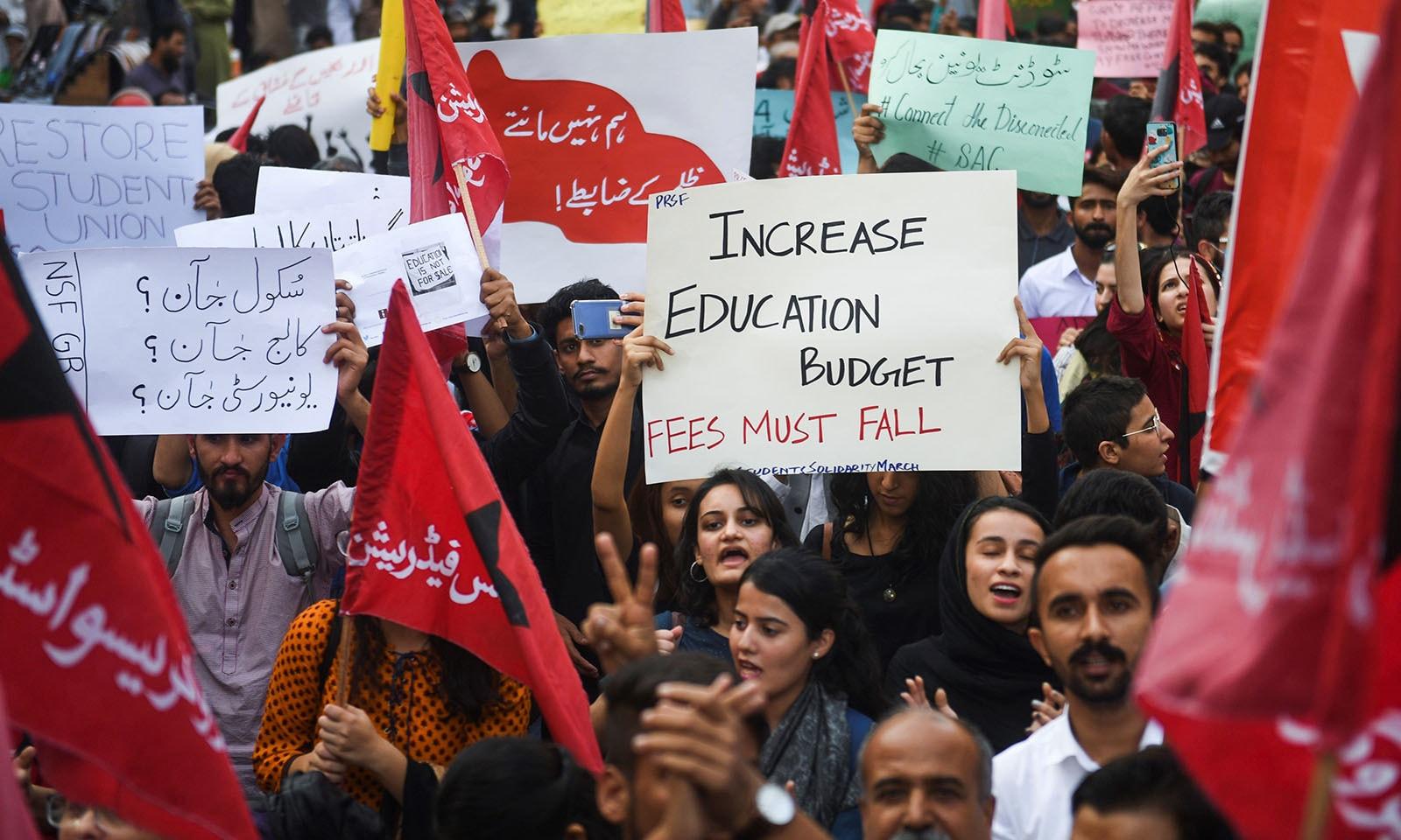 مظاہرین نے تعلیم کا بجٹ بڑھانے کا بھی مطالبہ کیا — فوٹو: اے ایف پی