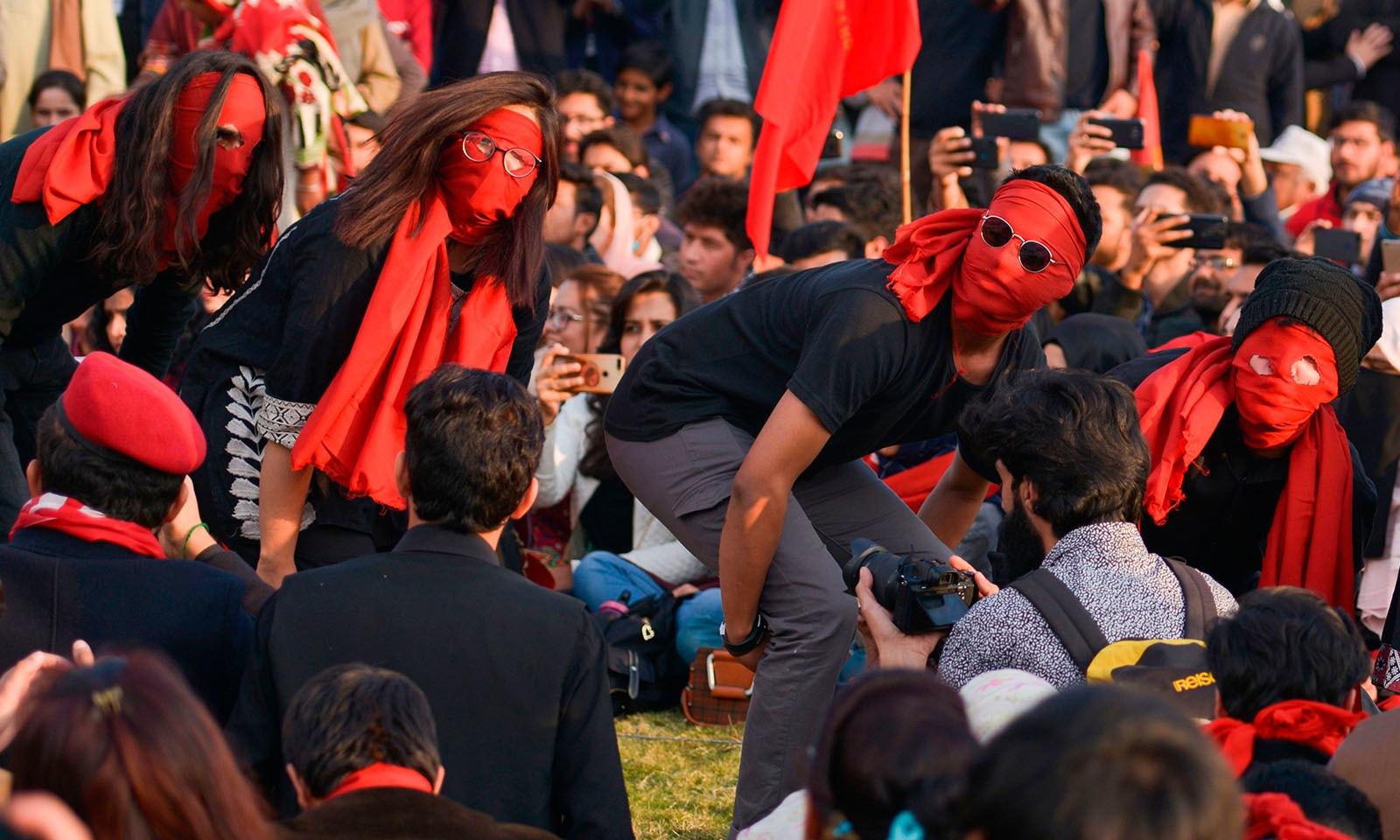 چند مظاہرین نے چہرے پر سرخ ماسک پہن رکھے تھے — فوٹو: اے ایف پی
