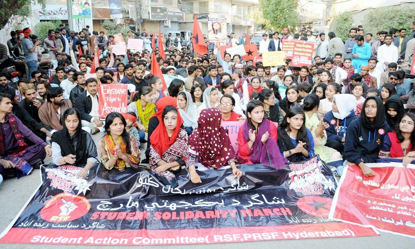 حیدر آباد پریس کلب کے باہر طالب علموں نے طلبہ یکجہتی مارچ کیا — فوٹو: اے پی پی