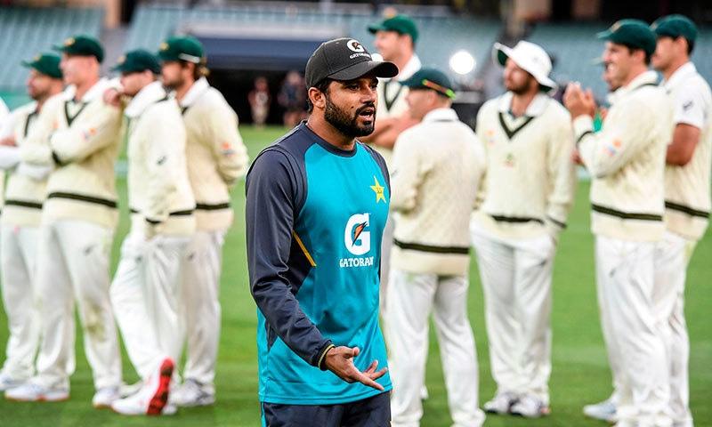 قومی ٹیم کی آسٹریلیا کے ہاتھوں ٹیسٹ سیریز میں شکست کے بعد کپتان اظہر علی مایوس نظر آ رہے ہیں— فوٹو: اے ایف پی